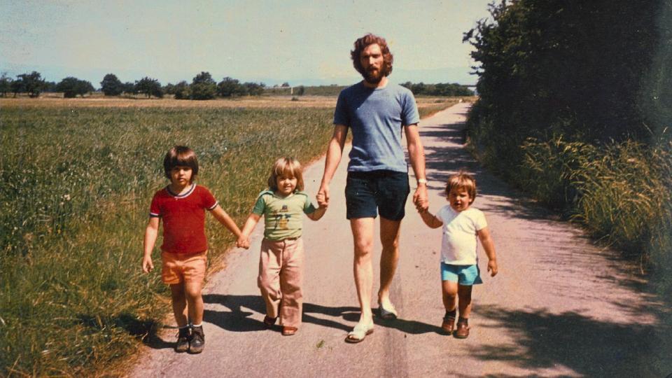 De camiseta branca com o pai, Arno, e os irmãos, na Alemanha em 1978