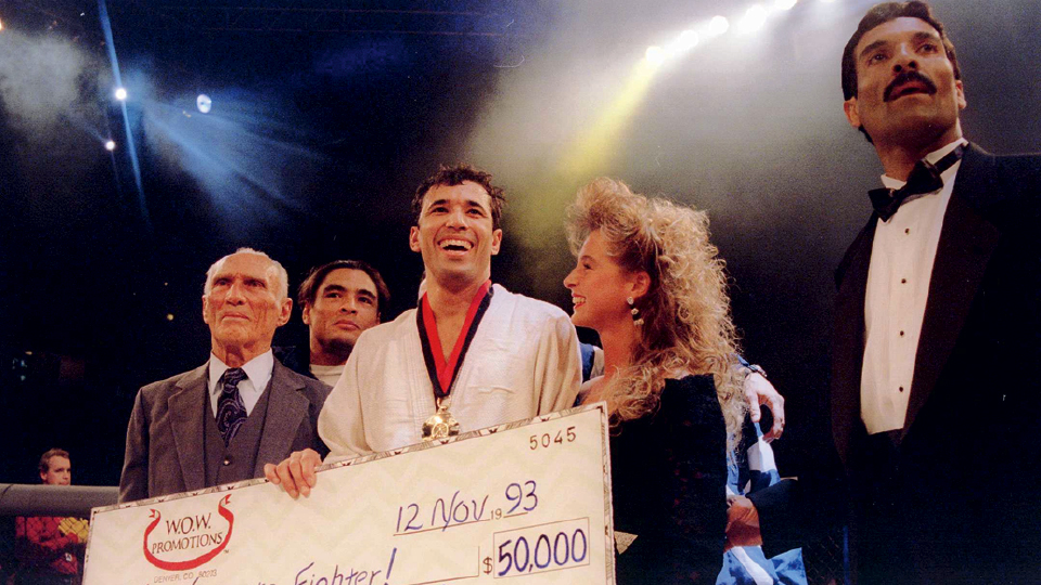 O campeão do primeiro UFC Royce Gracie com Helio, Rickson e Rorion (de smoking), 1993.