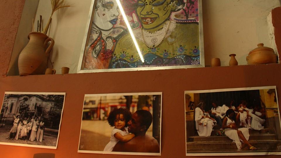 A Aparelha Luzia respira arte: tambores, bonecas negras, móveis antigos, luminárias, lamparina, porta-joias. São tantos elementos que disparam memórias afetivas, em especial, as fotos envelhecidas da família da fundadora do espaço