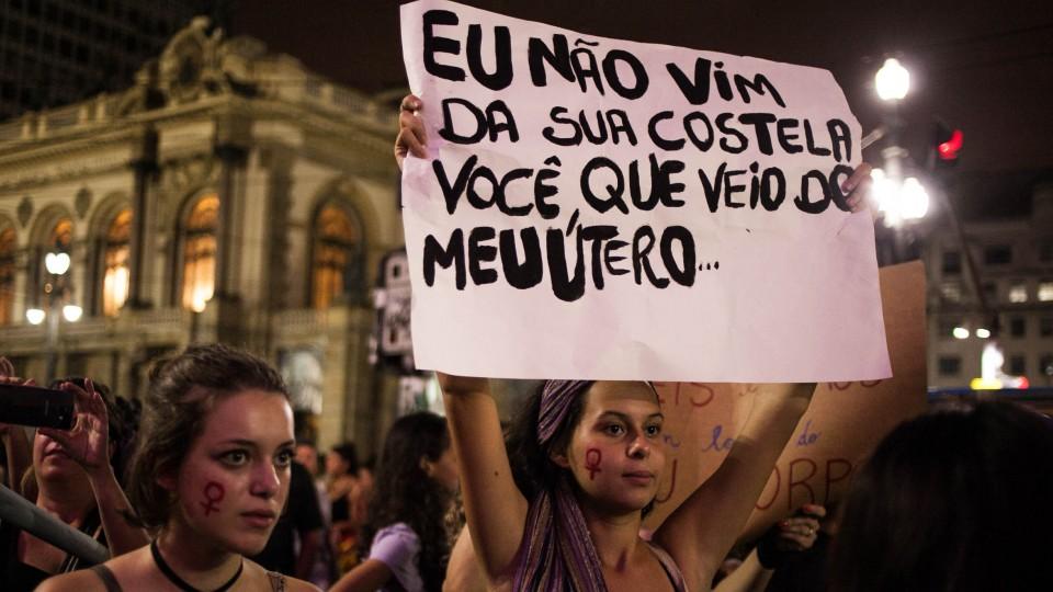 Mulheres durante o ato, em São Paulo