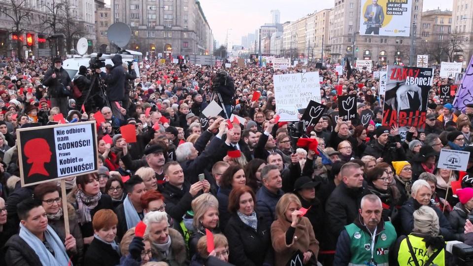 Mulheres marcham na Polônia ao lado de homens que apoiam o movimento no país