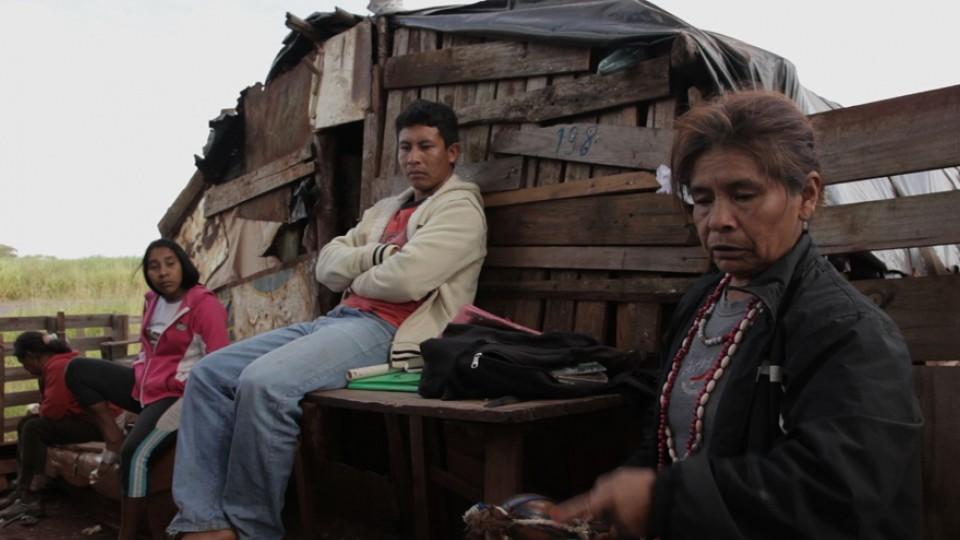 Índios em acampamento Guarani Kaiowá na beira de rodovia no Mato Grosso do Sul