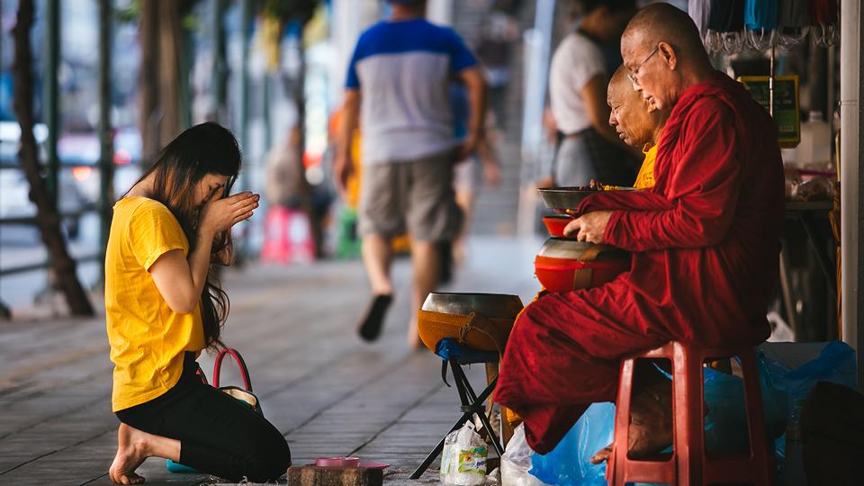 Todas as manhãs monges tailandeses vão às ruas para abençoar a população. Em troca, recebem o alimento que irão consumir durante o dia