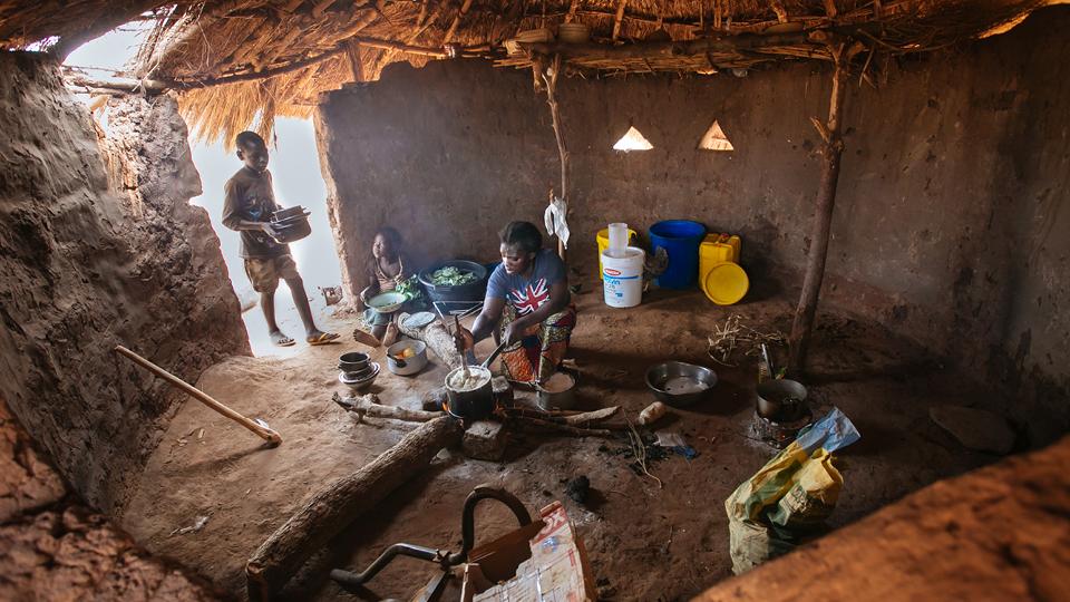 Cozinha típica das vilas da Zâmbia. As crianças desde cedo aprendem a cozinhar e ajudam suas mães tanto no preparo quanto na colheita