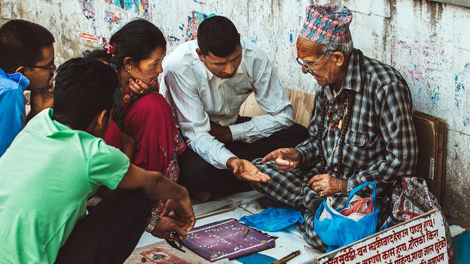 No Nepal, o arroz tem uma forte representação espiritual. É comum encontrar pessoas na ruas lendo a sorte em grãos