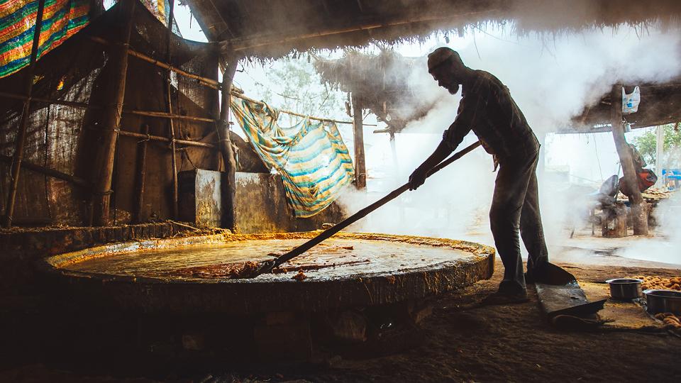 Açúcar sendo preparado da maneira artesanal no norte da Índia. É muito difícil encontrar açúcar refinado no país