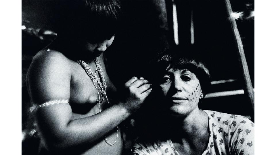 Sendo pintada por uma índia Yanomami, na aldeia próxima ao rio Catrimani, em Roraima