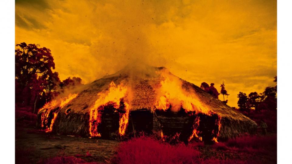 """""""Maloca em chamas"""": quando é hora dos nômades Yanomami se mudarem, eles queimam a casa antiga."""
