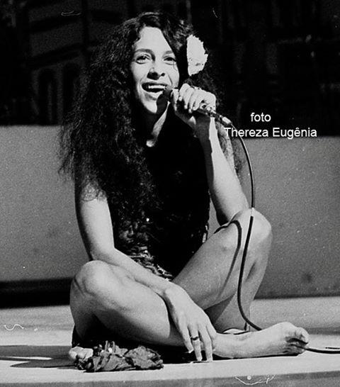 """Gal Costa, 1976. """"Cantando no SBT, num programa de Silvio Santos"""""""