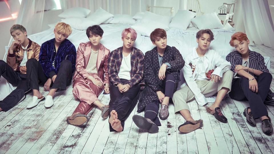 A banda BTS, nas estileira, em um de seus famosos ensaios fotográficos