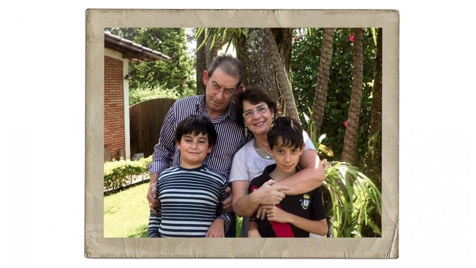 Os filhos Bruno (à esq.) e Lucas, com os pais Rose e Hércules