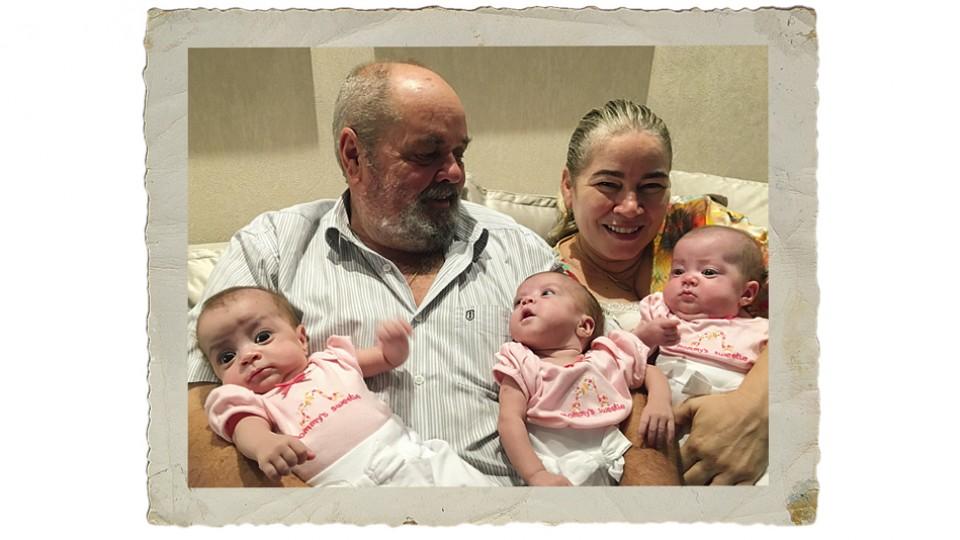 Os pais Humberto e Marça com as trigêmeas Valentina, Suelena e Carmem