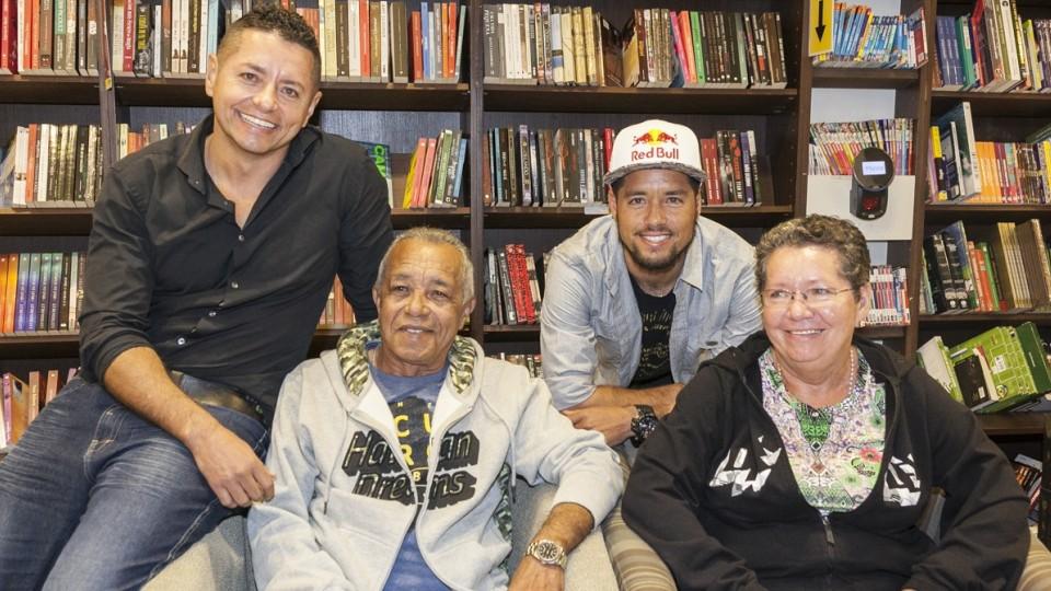 Da esq. p/ dir., o irmão Angelo Mineiro, o pai da dupla e Adriano de Souza Mineirinho no lançamento do livro, em São Paulo