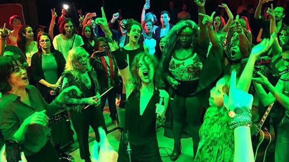 Ana com as participantes do clipe no último dia 13 de maio, em São Paulo, no lançamento do vídeo