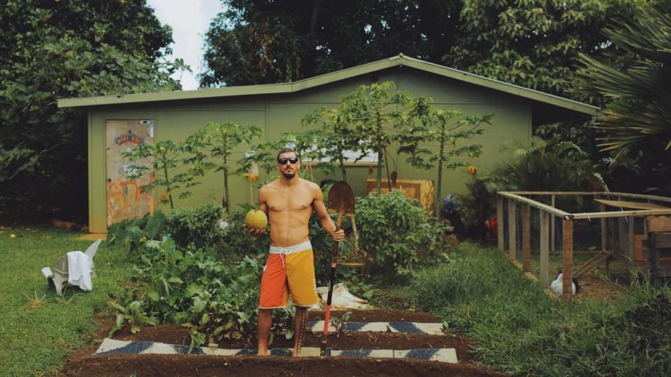 O surfista Dustin Barca é um ativista na luta contra os alimentos geneticamente modificados e foi candidato à prefeitura de Kauai