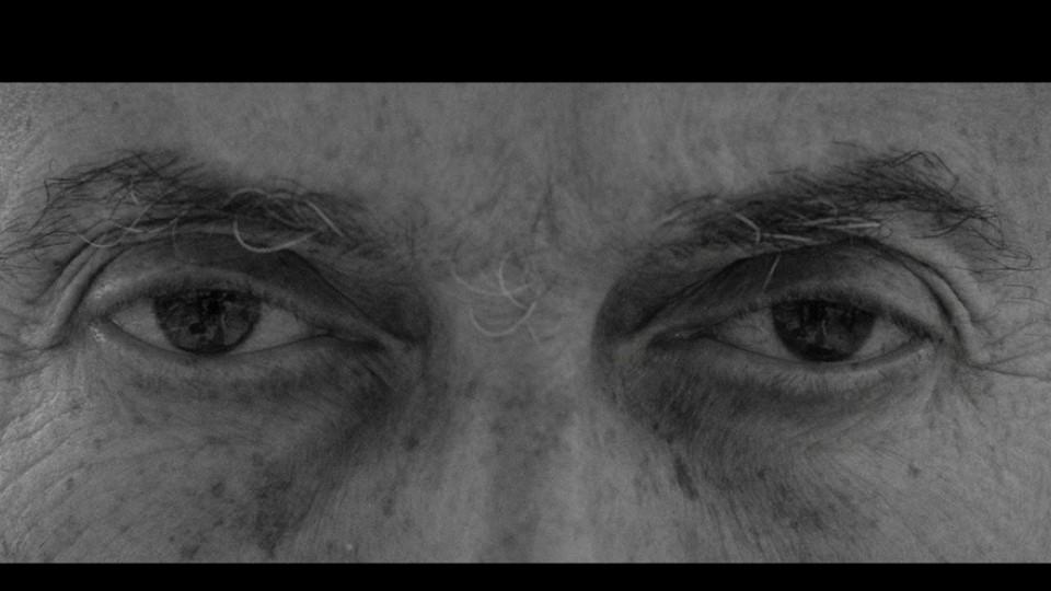 """O olhar de Héctor Babenco é um dos frames do trecho de """"Corredor polonês"""" que a Trip teve acesso; outros estão no decorrer da entrevista"""