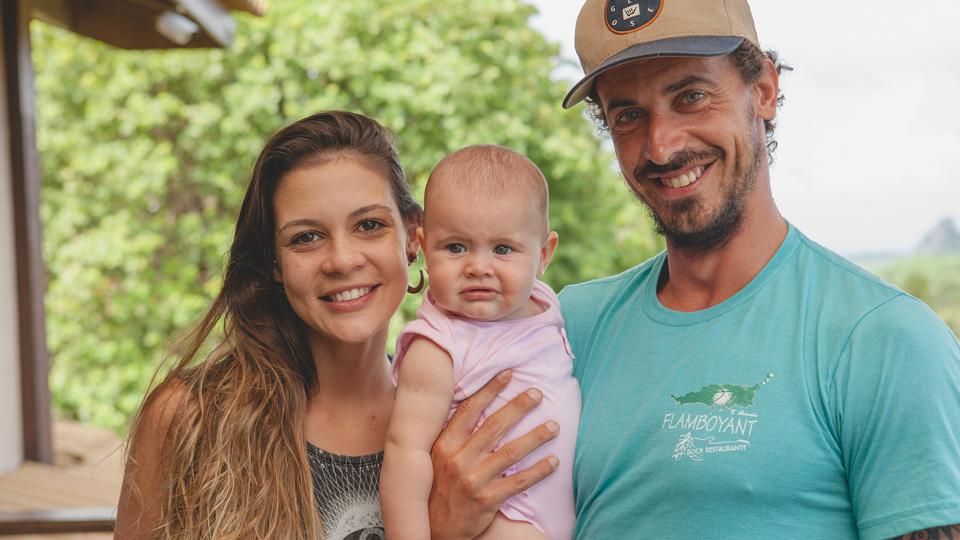 Julia Costa Bernardi, 33, o marido Felipe e a filha Giovana, que nasceu em Natal, no fim de 2016
