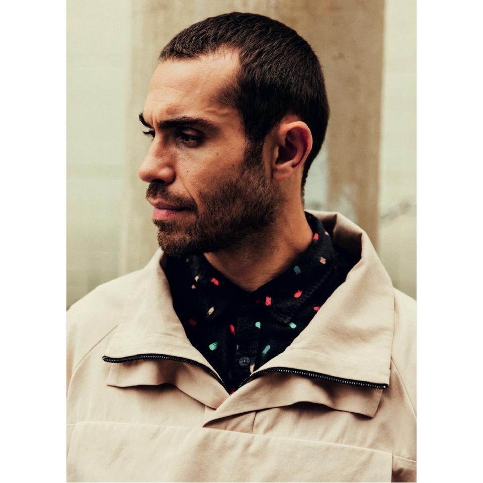 Rodrigo veste jaqueta Osklen R$ 1.697, camisa Reserva R$ 459