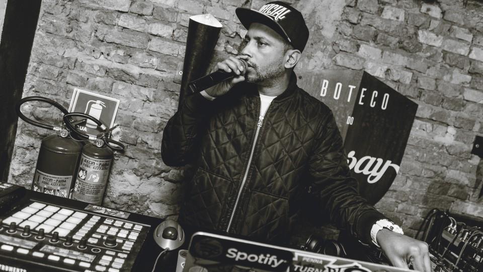 DJ Cia dá uma ideia enquanto controla os beats