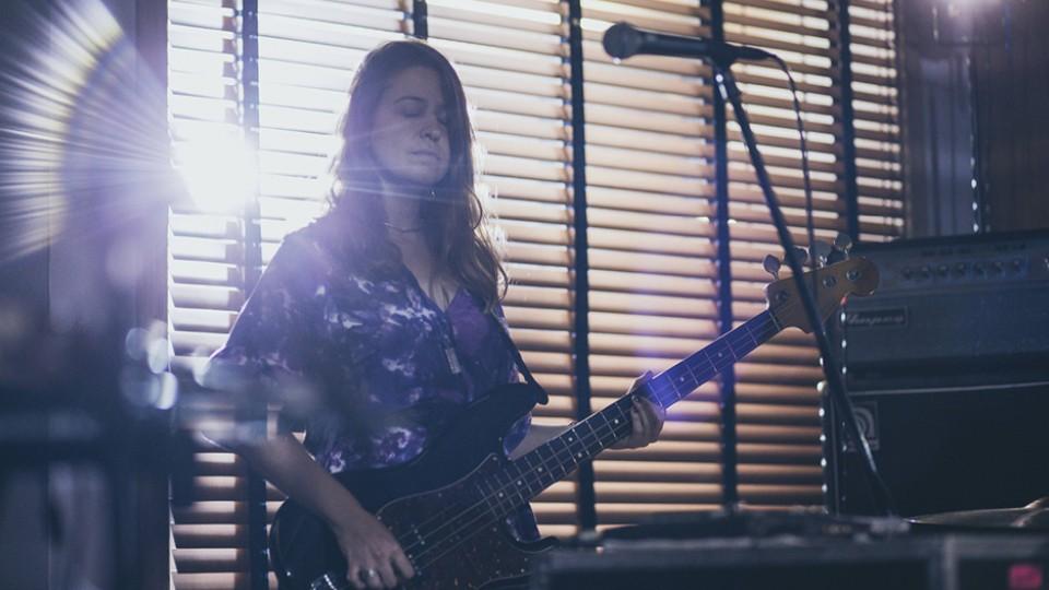A baixista Carla Boregas, da Rakta