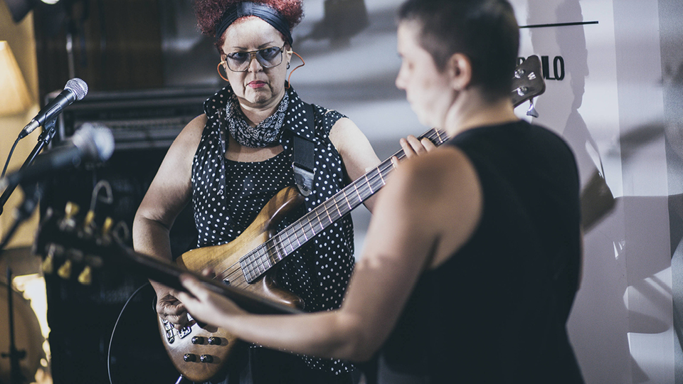 Sandra Coutinho e Mari Crestani, atual guitarrista das Mercenárias, durante ensaio com a Rakta