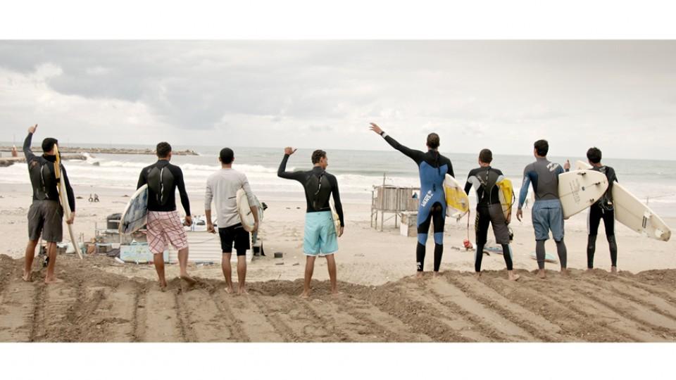 Surfistas de Gaza avaliam as ondas de cair no mar