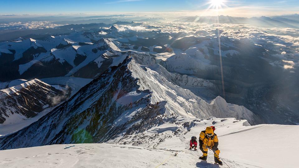 Karina Oliani, multiatleta, médica de emergência e apresentadora, escala o Everest pela segunda vez e se torna a primeira sul-americana a subir tanto pela Face Norte como pela Face Sul