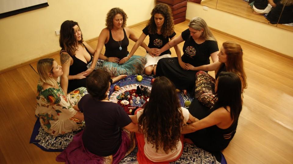 Grupo de terapias voltadas ao sagrado feminino com o uso dos ovos de cristais, de Leticia Bhakti