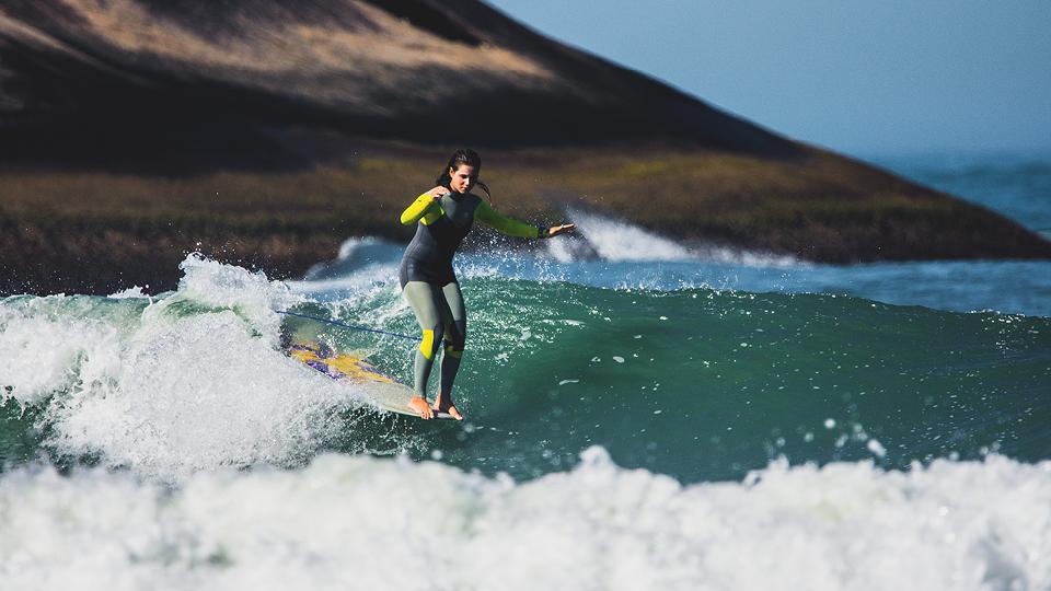 Chloé Calmon, na praia do Recreio (RJ), onde mora: mesmo com um programa na TV paga, seu principal retorno financeiro ainda vem das competições