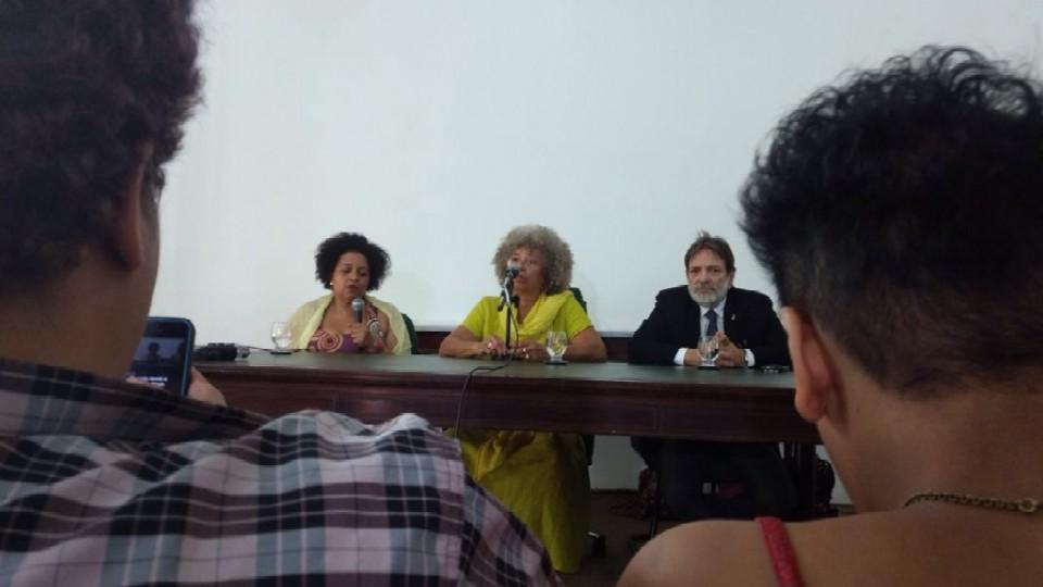 Angela Davis em coletiva de imprensa, em Salvador