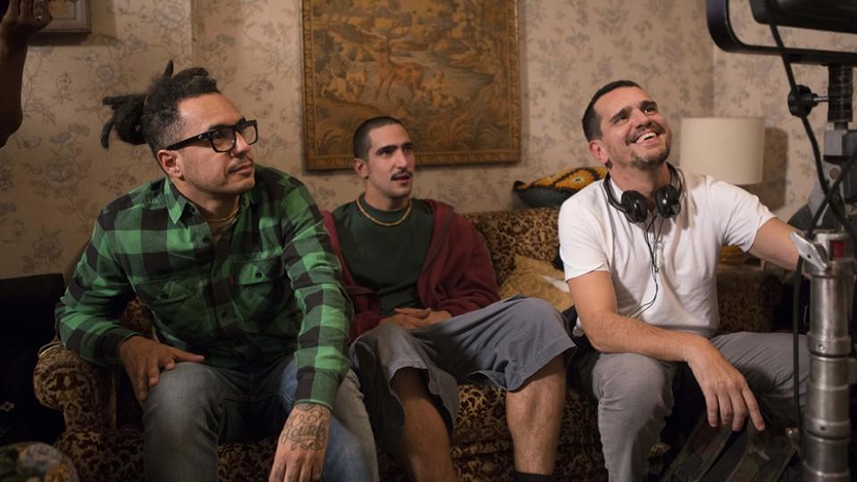 Marcelo D2 e Renato Góes assistem cenas do filme com o diretor Johnny Araújo