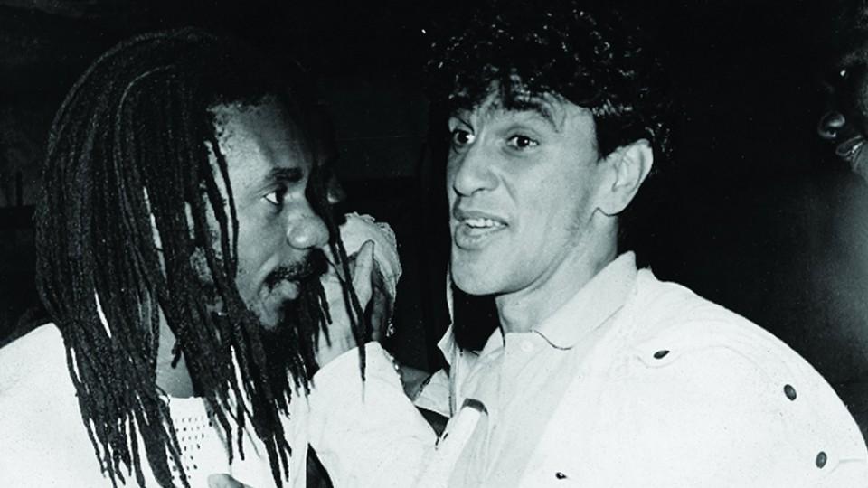 """Ao lado do mano Caetano Veloso, com quem gravou """"Vamo Comer"""", em 1987"""
