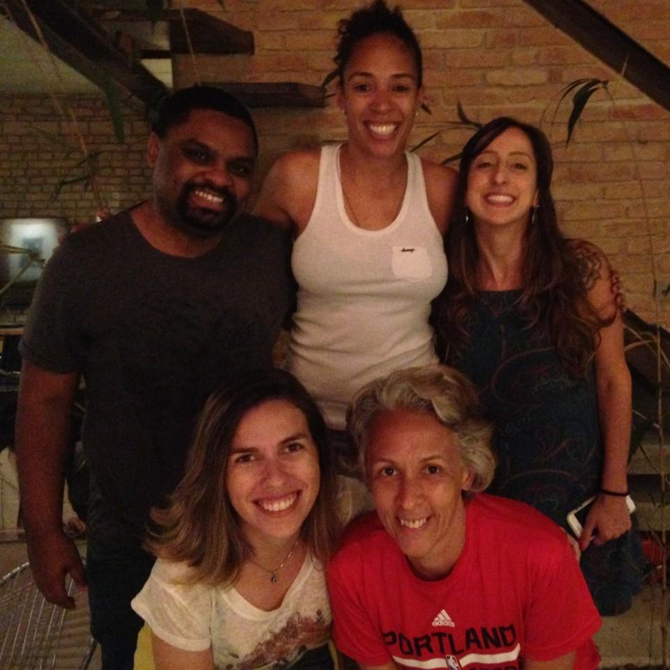 Aline Pellegrino (ao centro), ex-capitã da seleção brasileira e responsável pelo departamento de futebol feminino na Federação Paulista de Futebol, foi uma das convidadas do podcast ~dibradoras, comandado por Renata Mendonça, de pé à dir., e Roberta Nina, abaixo, de branco