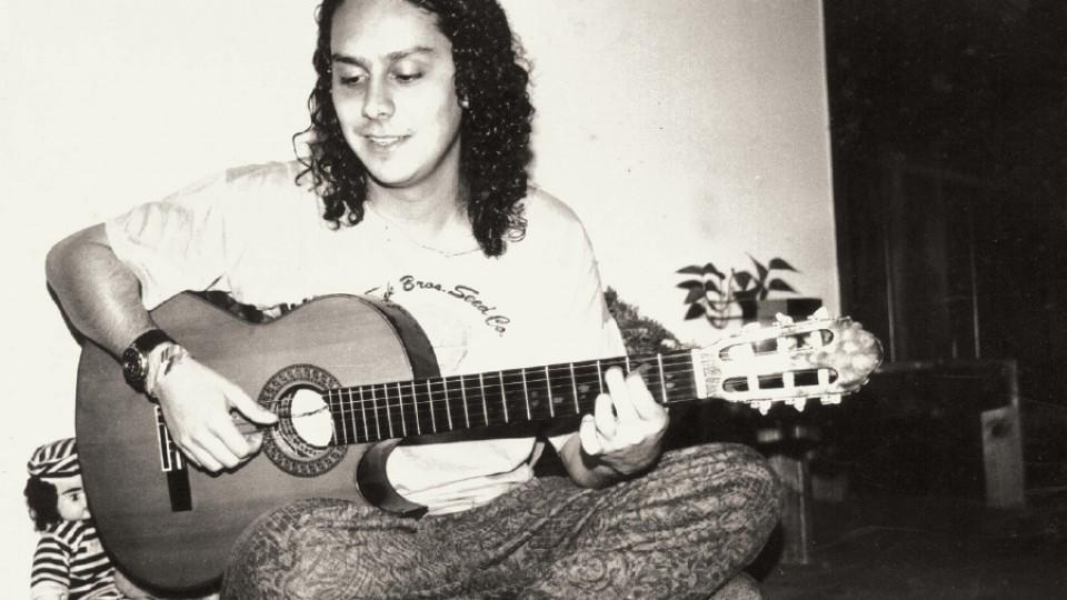 Nero tocando violão quando retornou a Curitiba