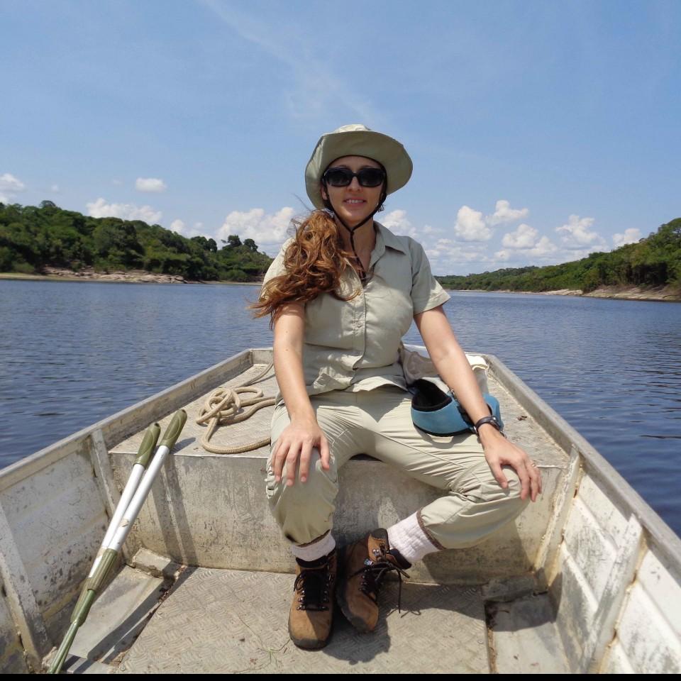 A bióloga Fernanda Werneck em seu ambiente de pesquisa, a Amazônia