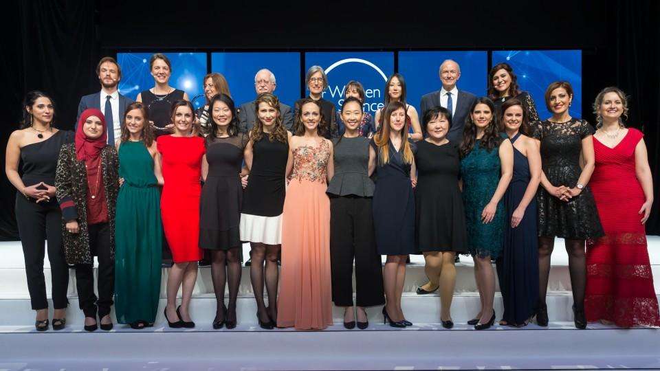 Ao centro, de vestido rosa, Fernanda Werneck durante cerimônia do prêmio Para Mulheres na Ciência