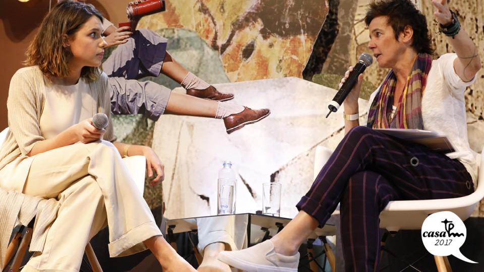 A atriz Bruna Linzmeyer foi entrevista por Milly Lacombe no palco da Casa Tpm
