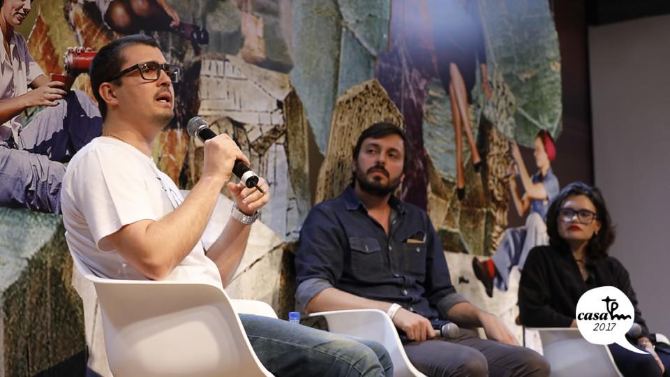 O psicólogo Maurício Cotrim e a pesquisadora Ana Paulo Pellegrino conversam sobre drogas em um papo mediada por Felipe Gil, diretor da revista da Gol