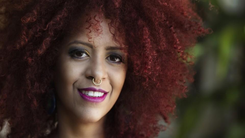 """Neomisia Silvestre: """"Como é gostoso estar na rua e encontrar outra preta de cabelo natural na rua. Rola uma empatia imediata"""""""