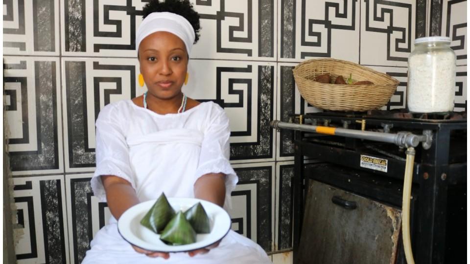 Priscila Novaes, que encontrou no afeto a razão de sua iniciação no candomblé, mostra o acará branco enrolado na folha de bananeira