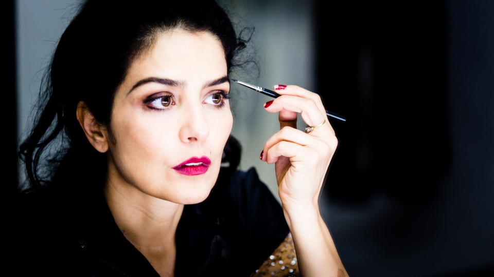 """Letícia Sabatella no camarim em preparação para ensaio de """"A Vida em Vermelho – Brecht e Piaf"""""""