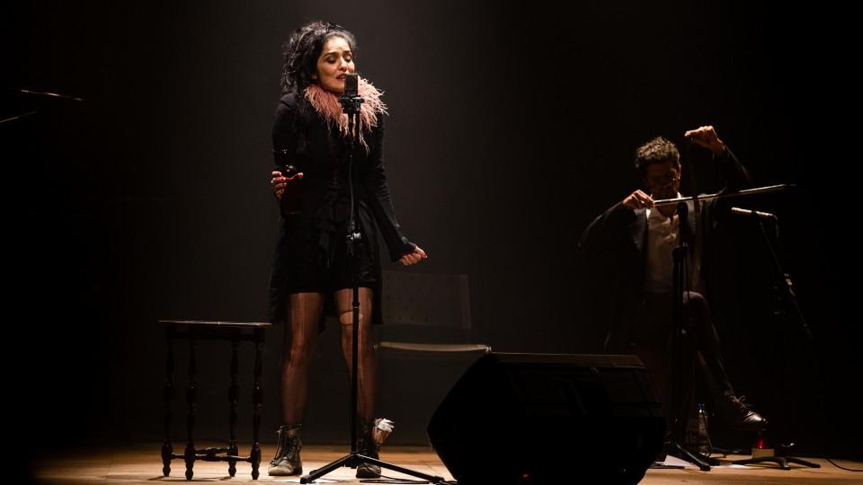 Letícia Sabatella no palco como Piaf e, ao fundo, Fernando Alves Pinto, como Brecht