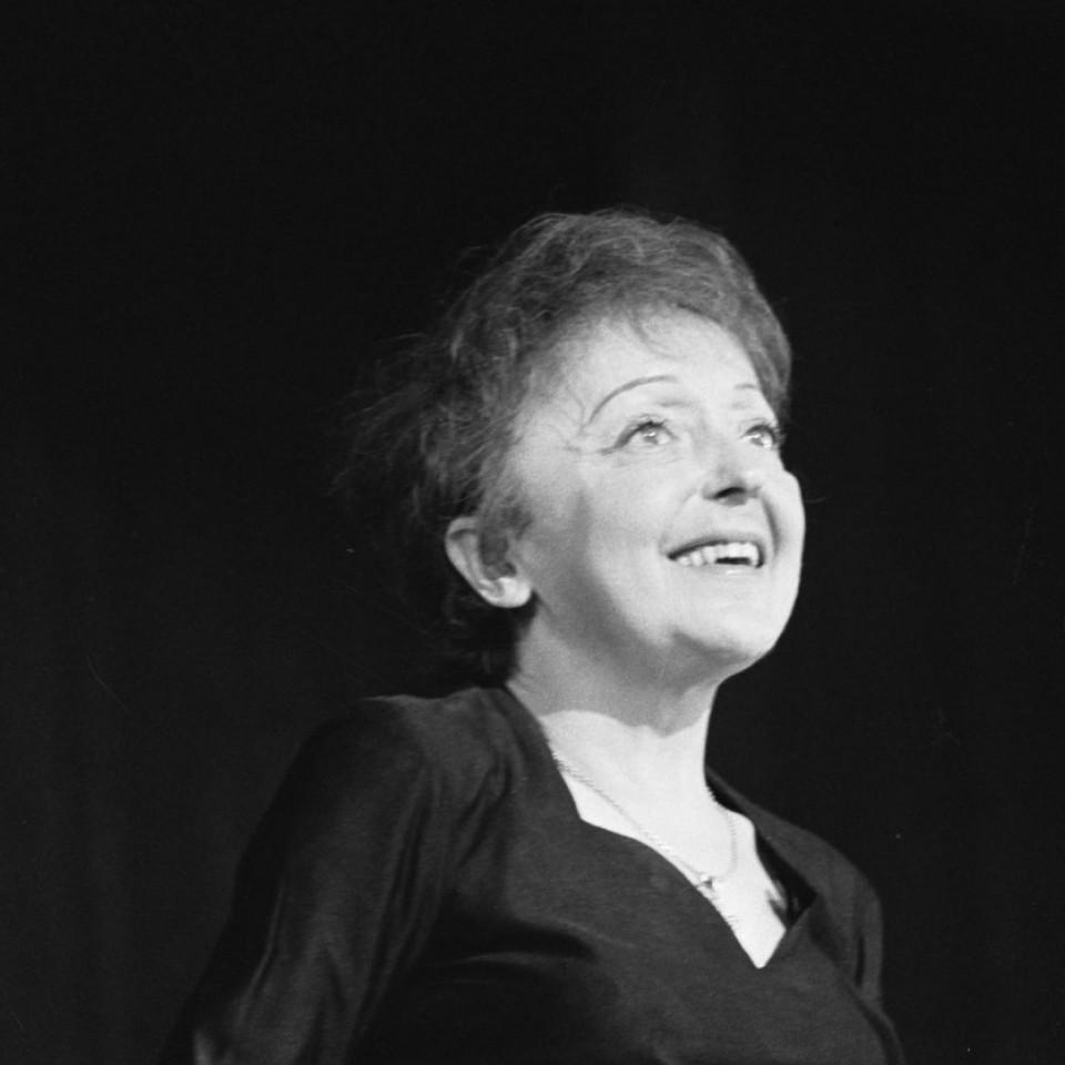 Edith Piaf durante uma apresentação em Roterdã, na Holanda, em 1962, um ano antes de sua morte