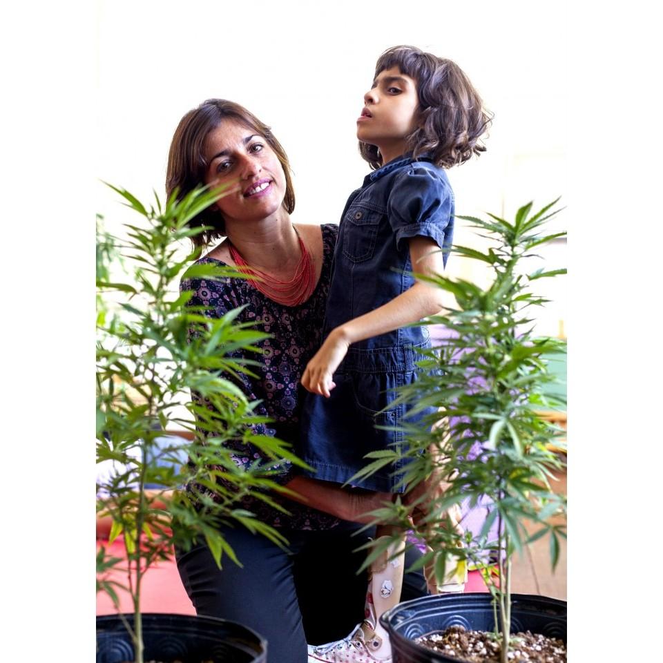 Margarete Brito, presidente da associação Apoio à Pesquisa e Pacientes de Cannabis Medicinal, e sua filha Sofia, que faz tratamento com o uso de canabidiol