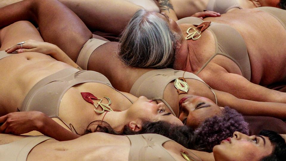 Ensaio de Milena Seta destaca os acessórios feitos à mão com a técnica do macramê, da grife Makra