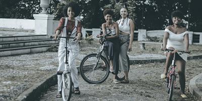 Um rolê de bike pela história da mulher
