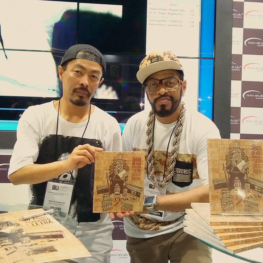Gilberto Yoshinaga e Thaíde em evento de lançamento da primeira parte da biografia do rapper, na Bienal do Livro 2016
