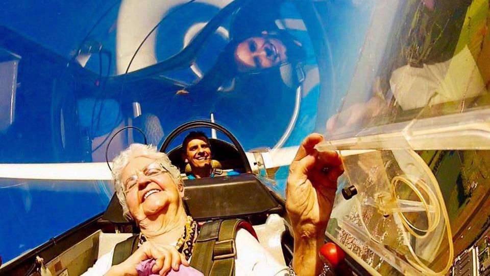 O companheiro de viagem Paulo Greca puxa assunto mostrando a avó Clara, de 96 de anos, voando de planador