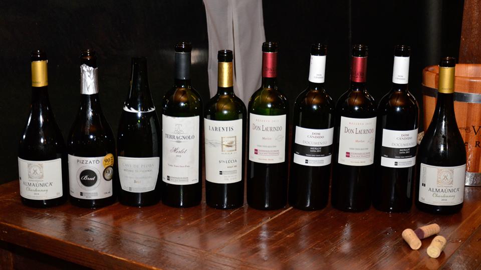 Vinhos 54 a 60: o repórter aproveita um momento de silêncio e puxa um brinde ao vinho nacional!