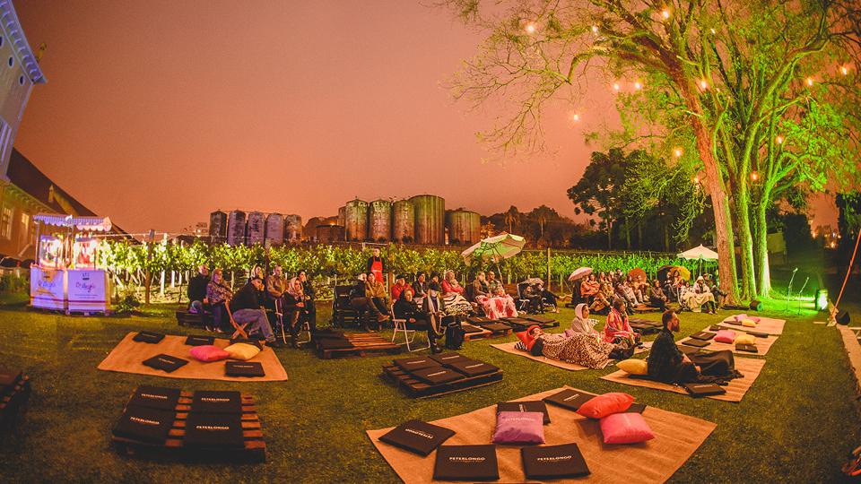 Um cinema ao ar livre marcou o fim da longa viagem: agora é cama